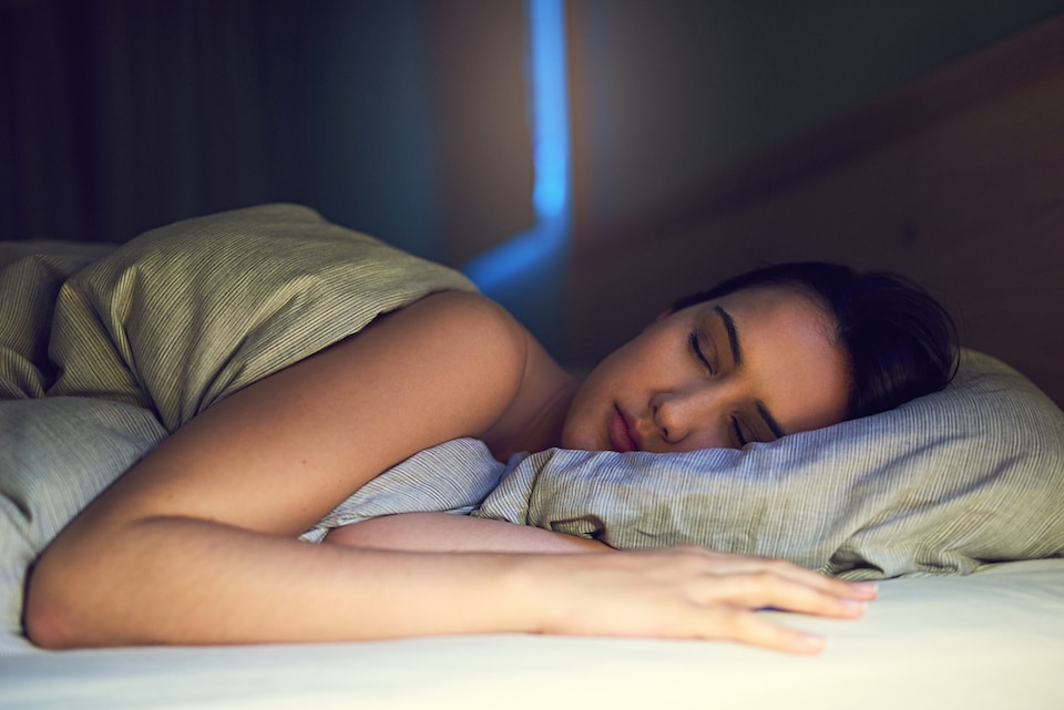 woman sleeping to show health benefits for sleeping while using AC